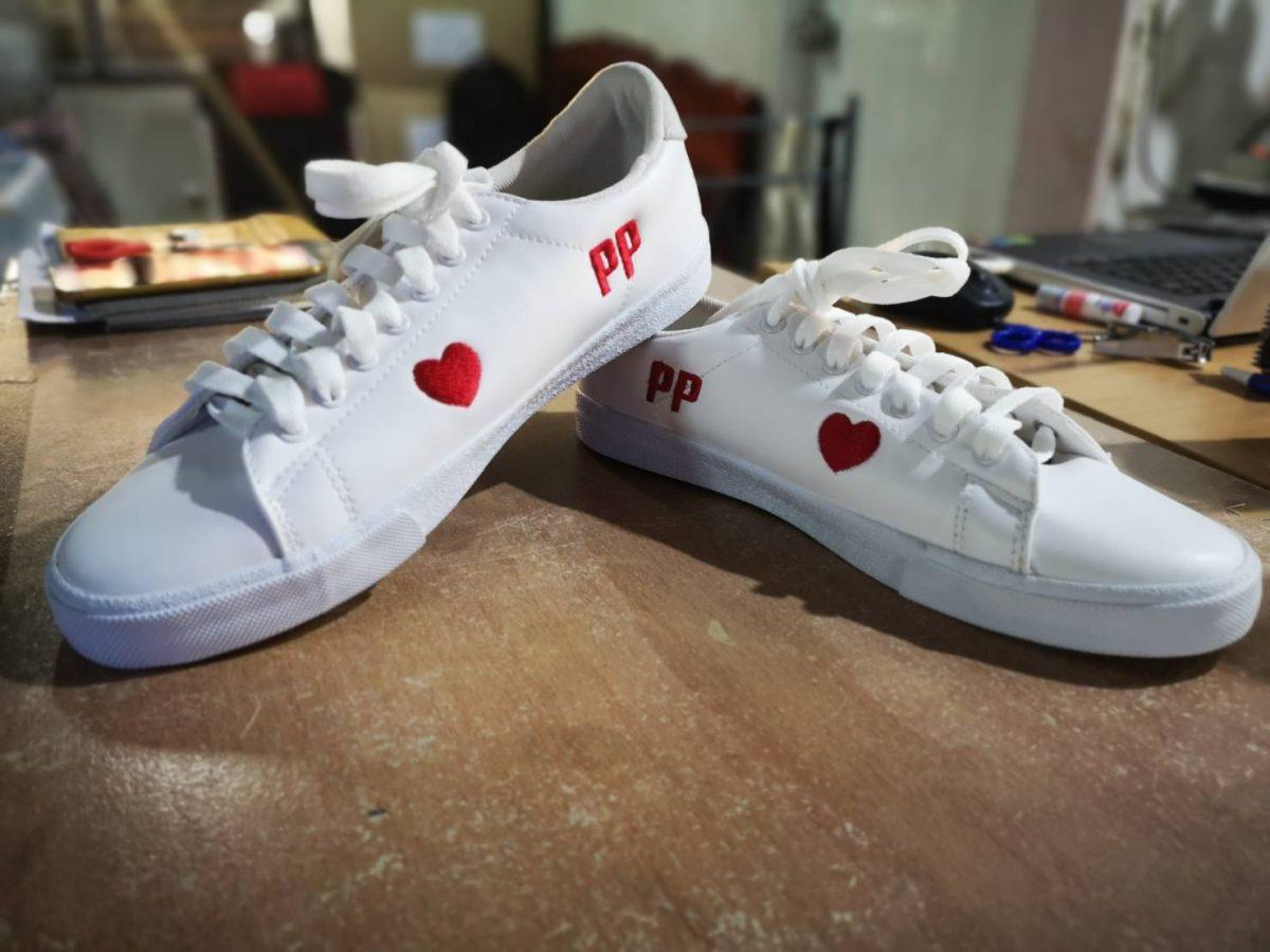 งานปักรองเท้าผ้าใบสองตำแหน่ง